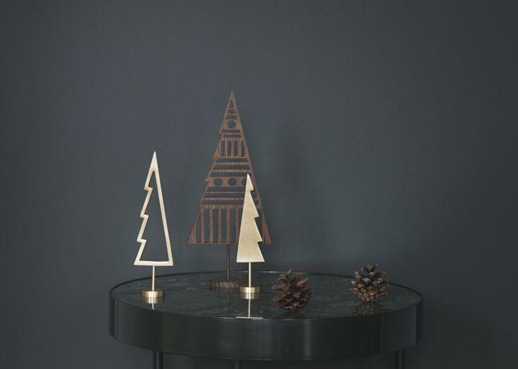 Si vous n'avez pas la place de mettre le grand sapin traditionnel, optez pour ces jolies créations en bois, en carton, en métal et même en céramique qui vont animer avec charme et modernité la déco de Noël. Des sapins à poser partout pour décorer un rebord de fenêtre, une cheminée ou un meuble.