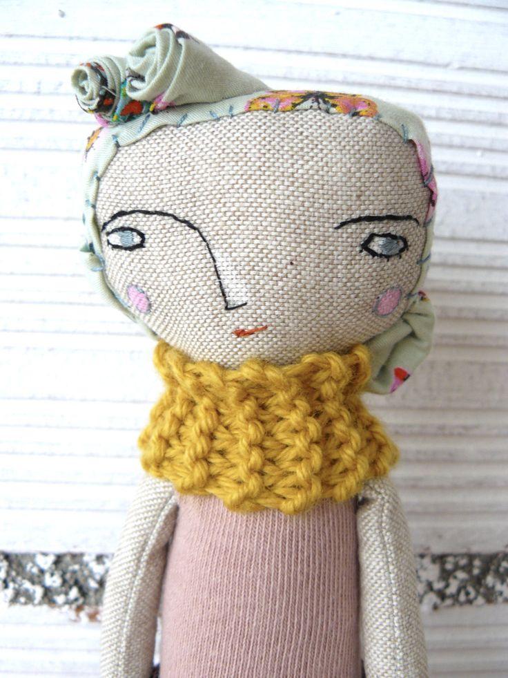 Pequeña muñeca con pelo de tela. Bordada a mano. 26 cm de AntonAntonThings en Etsy