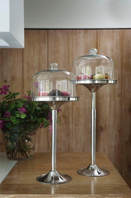 Deze cakestand met aluminium poot kunt u in verschillende hoogtes verstellen. Zet er twee naast elkaar voor een leuk effect en decoreer ze met zelfgemaakte cupcakes en koekjes.