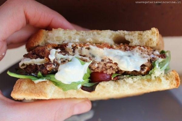 Panino burger tofu e quinoa ai pomodori secchi