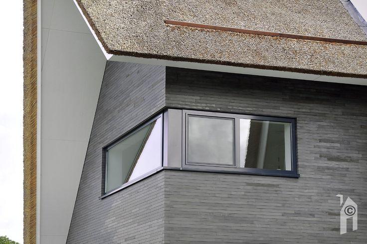 Details van raam, baksteen, scherpe dakrand