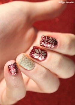 Nail art rouge et doré aux motifs flocons #nail #art #noël #rouge #doré #motifs #flocons #neige #beauté #manucure #monvanityideal