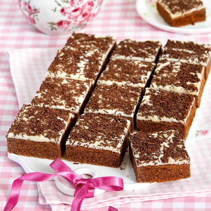 Gott i kvadrat! Choklad- och vaniljrutor med frosting och strössel.
