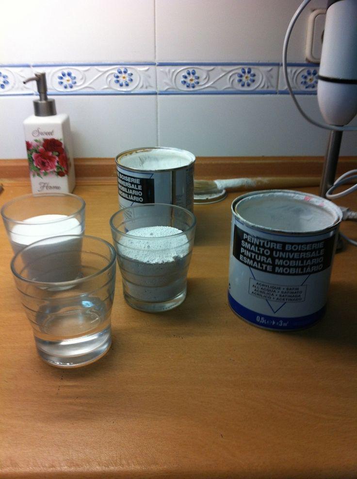 DIY Chalk. Un vaso medidor de yeso,  otro de pintura y medio de agua. Mézclalo bien y luego añadir dos vasos más de pintura. Total proporción tres de pintura uno de yeso medio de agua.