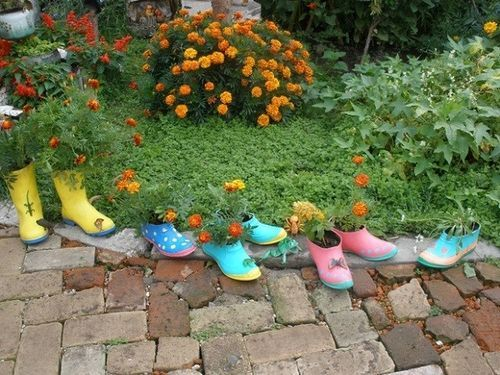 Macetas-de-botas: http://jardinespequenos.com/decorar-jardin-zapatos-botas-viejas/