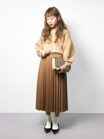 プリーツスカートは、可愛らしい雰囲気が好きな方におすすめ。上下ベージュでまとめるとやわらかくてオシャレな雰囲気に♪タイツや靴下で遊んでみるのもおすすめです。