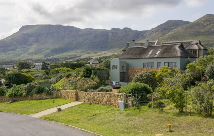 An eclectic blend of architectural artistry and natural elements  http://www.jawitz.co.za/property/122880