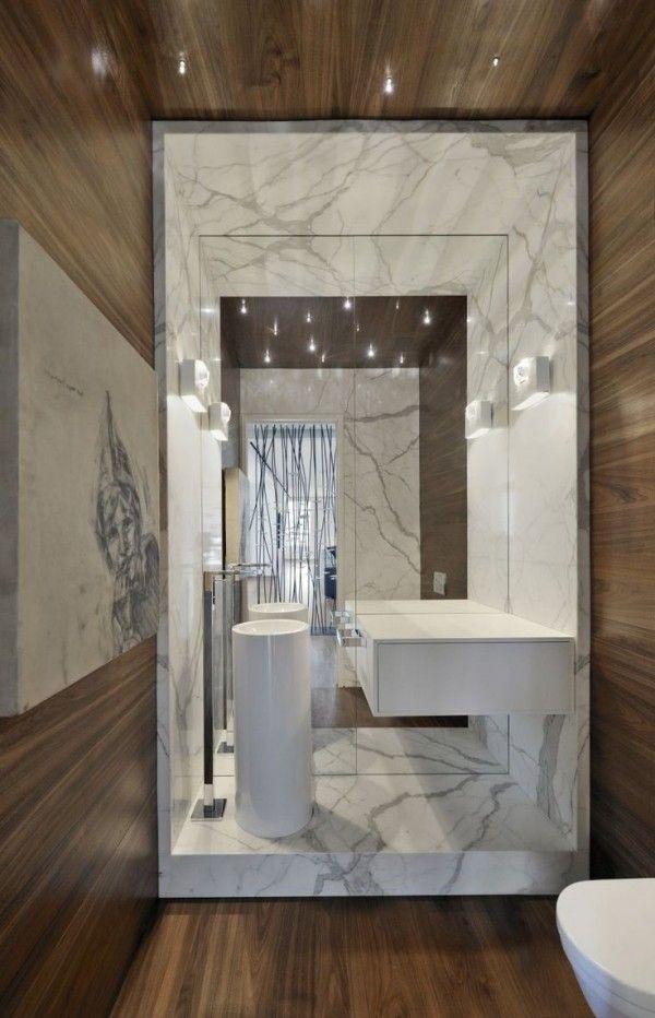Très beau mélange de marbre et de bois dans cette salle de bains