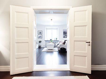 vitrinas madera blanca decoración sofas de formas redondeadas blancos playas hamptons muebles nórdicos muebles de ikea muebles de diseño nór...