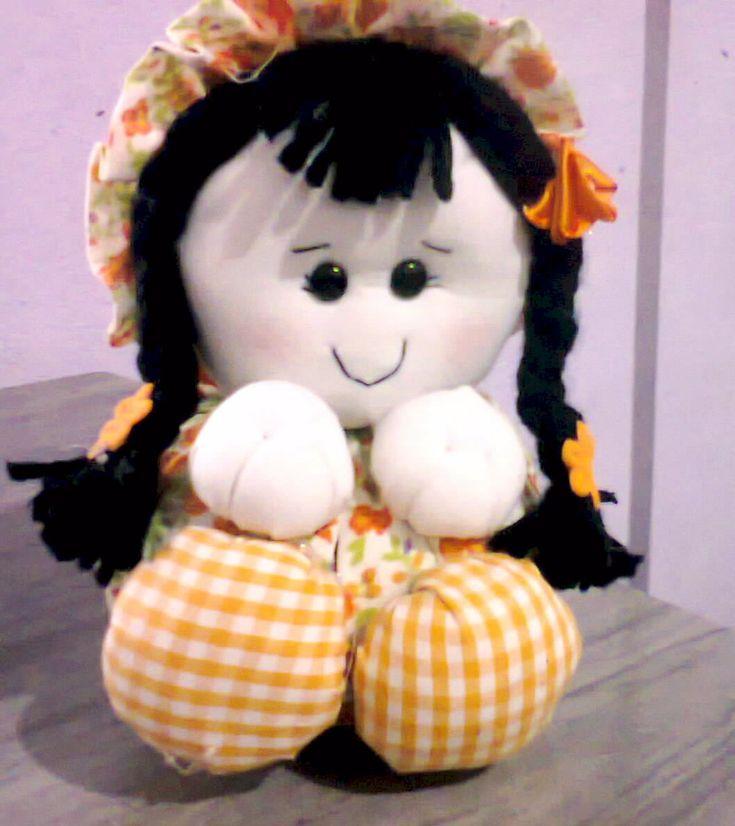 bonecas no tamanhos 17x12 nas cores laranja tudo feita a mão
