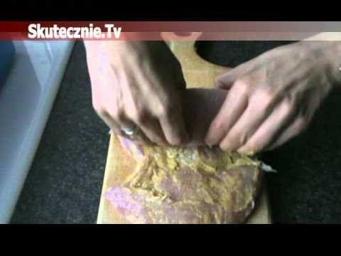 Delikatna, czosnkowa rolada, doskonała zarówno na ciepło (np. z sosem pieczeniowym i ziemniakami), jak i na zimno (do pieczywa, na półmisek mięs czy do sałat...