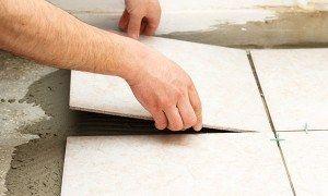 Amigos, é muito fácil assentar cerâmicas de piso, desde que você conheça os macetes que vão fazer o seu serviço ter beleza, qualidade e durabilidade. Pré aplicação 1. Verifique se a superfície não está irregular, com poças ou caroços; 2. Todas as superfícies devem estar limpas, secas, livre de óleos ou tintas; 3. De acordo …
