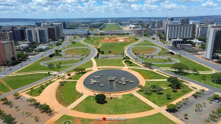 Minha primeira viagem sozinha!  Finalmente fiz o relato de uma viagem relâmpago que fiz à capital federal, muitos anos atrás! Quem diria que eu seria apaixonada por viagens tanto tempo depois, hein?  #viagem #viajarsozinha #viagemsozinha #brasil #brasilia #turismo