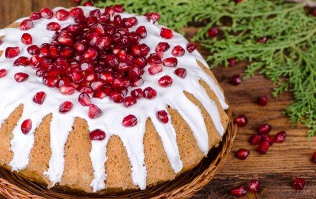 Κέικ με ρόδια, καρύδια και γλάσο γιαουρτιού - http://goo.gl/ToCbof