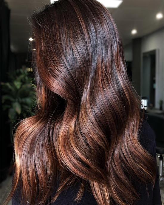 40 trendige dunkelbraune Haare mit Highlight in diesem