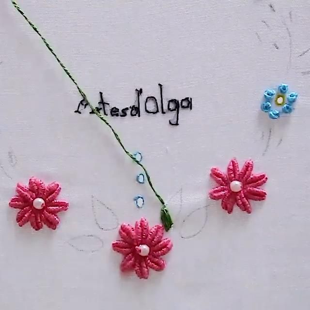 Aquí te muestro cómo bordar flores en puntada ojalillo. Simple Embroidery Designs, Hand Embroidery Patterns Flowers, Christmas Embroidery Patterns, Basic Embroidery Stitches, Hand Embroidery Videos, Hand Embroidery Tutorial, Learn Embroidery, Silk Ribbon Embroidery, Embroidery Techniques