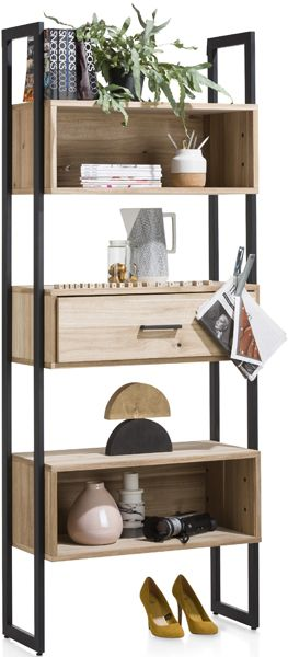 Kinna boekenkast uit de Xooon collectie, vervaardigd uit gerookt tramwood met metalen accenten. Uitgevoerd met 1-lade + 5-niches - 80 cm.