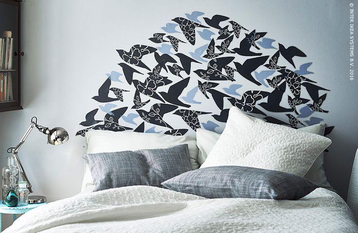 Customisez votre déco et dynamisez votre chambre en réalisant une tête de lit avec des décorations adhésives. Décorations adhésives SLÄTTHULT #IKEABE #idéeIKEA