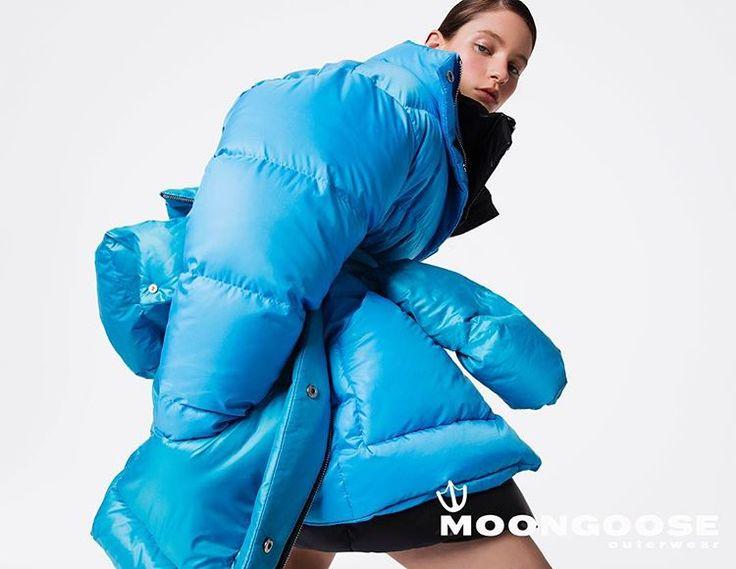 Пуховик MoonGoose Bolder – пуховое полупальто, модель оверсайз. Дерзкий объемный пуховик с широкими рукавами, максимально набит легчайшим гусиным пухом высокого качества. Высокий воротник-стойка надежно защищает от ветра. В модели используется качественная фурнитура итальянского производства. Доступен в размере S, M #moongoose #puffercoat #downcoat #downjacket #pufferjacket #пуховикодеяло #пуховик
