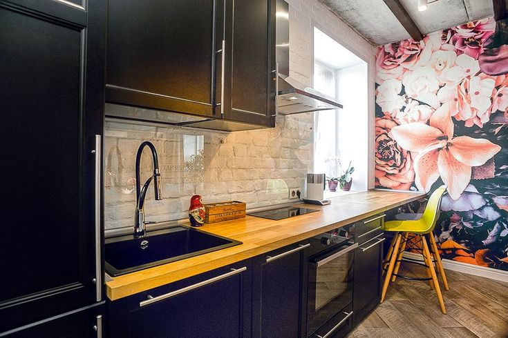 7-mixed-style-brutal-loft-pop-art-eco-style-apartment-interior-design-ceiling-faux-brick-backsplash-open-wiring-wooden-planks-open-plan-living-room-kitchen-dining-room-floral-wall-mural-wooden-worktop-bar-stools.jpg (850×567)