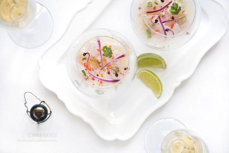 Piatto tipico della cucina peruviana, questa ceviche di pesce bianco è la protagonista di un aperitivo elegante, perfetto con un flûte di champagne.  ©AnnaFracassi