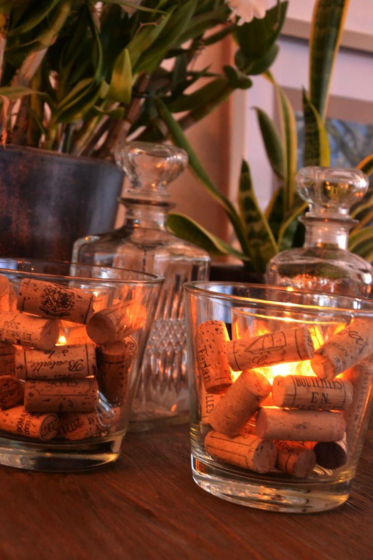 Tealight cork / waxinelichthouder met kurken! Plaats een waxinelichthouder in een glazen vaas, plaats tussen de vaas en de waxinelichthouder kurken. Dit geeft een speciaal effect, leuk als tafeldecoratie bij een diner.
