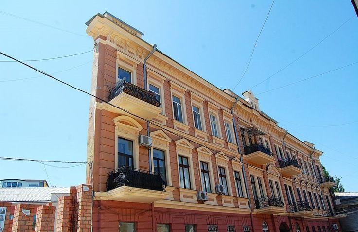 Столица юмора – вот еще одно название Одессы, оправданное с самых разных точек зрения. Многие наслышаны или же сталкивались с жизнерадостными, любящими пошутить одесситами... Здесь юмор запечатлен даже в архитектуре.  «Карточный дом», «Плоский дом», «Ведьмин дом», «Дом теней» - все это прозвища еще одной оригинальной достопримечательности Одессы, дома, расположенного по адресу Воронцовский переулок, 4.  Самый обычный с первого взгляда дом предстает перед глазами в совсем ином обличии, если…