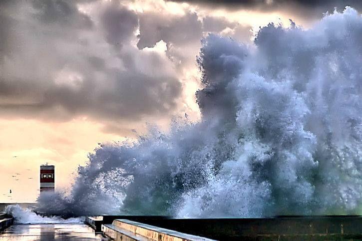 """O Atlântico em fúria. Como somos """"insignificantes"""" perante as forças da natureza(!!) e o homem ainda quer medir forças com ela. Inverno no Porto - Portugal. - f. Óscar Fonseca"""