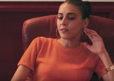 La madre de la artista fallecida Gata Cattana canta una canción de su hija en un homenaje en Madrid