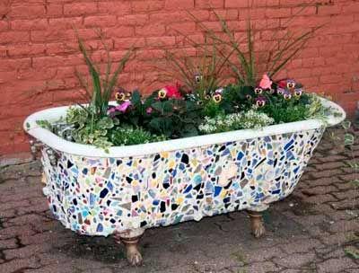 20 ideas para crear maceteros con objetos reciclados para decorar el jardín.