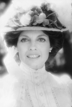 Elizabeth Harrington Played By Linda Gray The Two Worlds