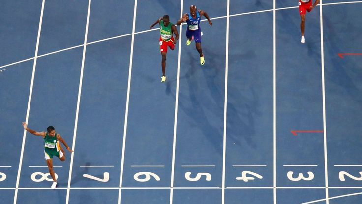 Wayde van Niekerk wins 400m final in 43.03, breaks 17-year-old record