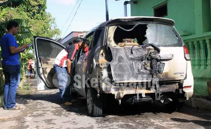 Diparkir di Garasi, Mobil ini Tiba-tiba Terbakar