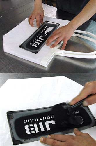【Stencil Print】    ●ステンシルとは  こだわりのエイジングのために  抜き型を置いた上からインクを乗せる印刷方法で、紙以外のものにもプリントするのに便利な方法です