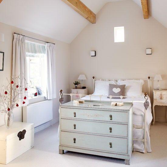 Main bedroom | country | House tour | Country Homes & Interiors...Me gusta el mueble al pie de la cama y en general esta habitacion por su luminosidad y simpleza!