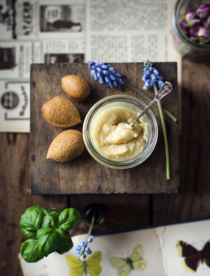 Hemgjord Ansiktsskrubb med Honung & Mandelmjöl / Homemade Facial Scrub with Honey & Almond Flour - Evelinas Ekologiska - http://evelinasekologiska.femina.se/