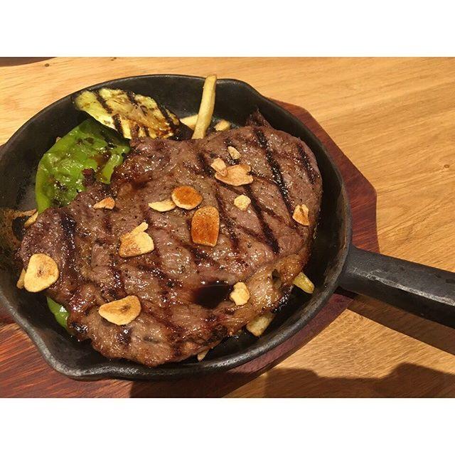 一番人気の和牛ステーキランチは黒毛和150gのボリューム満点なランチです。✨✨ . 和牛ミートソースの #生パスタ は じっくり3日間煮込んだソースが絶品です ︎︎👍 . 和牛ハンバーグも和牛100%で200g‼️ とても人気のあるメニューです 😁  女性のお客様からオーダーの多い和牛カルビ肉の洋風丼ぶりは絶品なカルビ肉はもちろん、トマトやブロッコリー、アボカドなど野菜もたくさん✨  ランチタイム 11:00〜16:00 ディナータイム 18:00〜22:00LO . . そして #スタッフ募集中 です❣️ . ✩ 時給 1000円(研修期間有り) ✩ 交通費全額支給 ✩ 美味しい #まかない 付き ✩ 1日3h〜ok!! . . 気になる方がいらっしゃいましたら お気軽にご連絡ください ♩♬*゜ . . . 📍大阪市中央区博労町4-3-4ドレスビル2F 📞 050-3462-5762 ⚠️ 日曜日定休日 ☀︎11:00〜16:00 ☾18:00〜23:00 . . #大阪 #心斎橋 #難波 #本町 #船場 #ランチ #lunch #難波ランチ #心斎橋ランチ…