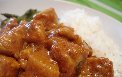 Pollo tikka masala - Ecco la ricetta originale indiana del pollo tikka masala, un piatto a base di petto di pollo a dadini insaporito con una marinata di yogurt e spezie, e una salsa a base di pomodoro, cipolla e peperoni insieme a yogurt o panna.