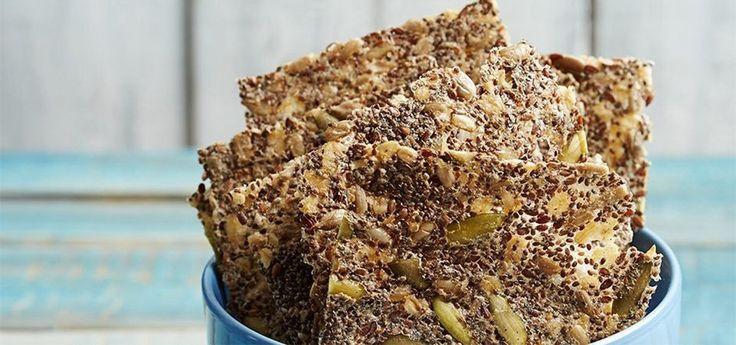 Checa estos crujientes de chía y semillas perfectos para combatir el antojo de medio día sin recurrir a snacks empacados.