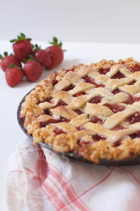 Aprende a hacer un Pastel Americano de Fresas con un lattice top, un enrejado de masa que es lo que le da calidad al pastel. Relleno de fresas... ¡Que icoh!