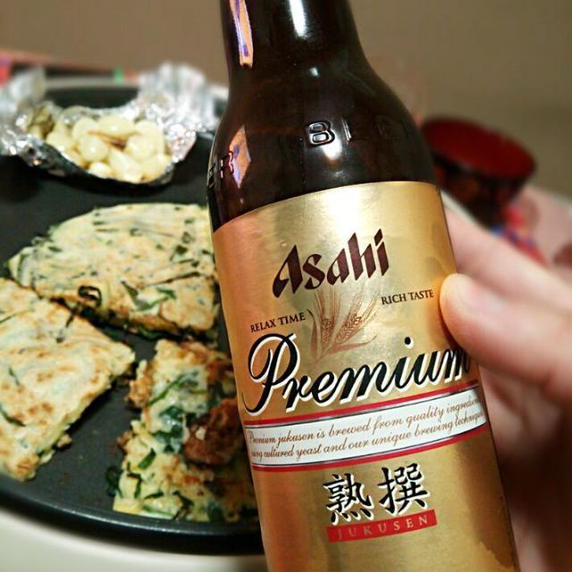 熟撰初めて飲んだけど美味いな~(*´ω`*) - 90件のもぐもぐ - アサヒ熟撰×牡蠣チヂミ、ニンニクホイル焼き by tommysaku