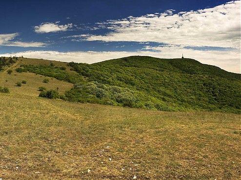 Pokiaľ prichádzate k mestu Nitra, takmer vždy sa na obzore vynorí silueta vrchu Zobor. Tento dominantný, zďaleka viditeľný vrch ukončuje na juhu pohorie Tribeč. Podľa neho je pomenovaný podcelok tohto pohoria – Zoborské vrchy. Práve tam vás chcem pozvať na veľmi hodnotnú túru.
