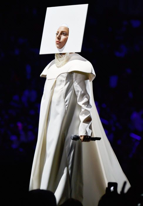 Lady Gaga performs Applause at 2013 MTV Video Music Awards