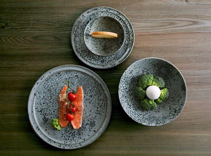 世界一予約のとれないデンマークのレストラン「noma(ノーマ)」でも使用されている、「Wurtz  Form(ウルツ フォルム)」の食器。手づくりされているため、一つ一つ表情が違っています。モダンなデザインでいながら、二つと同じ物が生まれないクラフト感溢れる作品です。