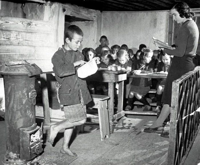 Σχολειο. Χειμώνας γύρω από τη σόμπα στη παλιά Ελλάδα. Όταν η ξυλόσομπα ήταν προνόμιο. Ελάφι (Louzesti - Λουζέστι) Καλαμπάκας 1947 Δεκ.by John Phillips