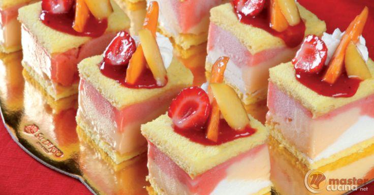 Scopri la ricetta: la dolce vita. Ingredienti: Uova intere, Zucchero semolato, Miele d'acacia, Farina 00, Fecola di patate, Baccello di vaniglia, Scorza di limone, Gelato, Gelato, Gelato, Panna montata, Glassa neutra, Bagna alla vaniglia, Frutta fresca assortita a polpa rossa e gialla.
