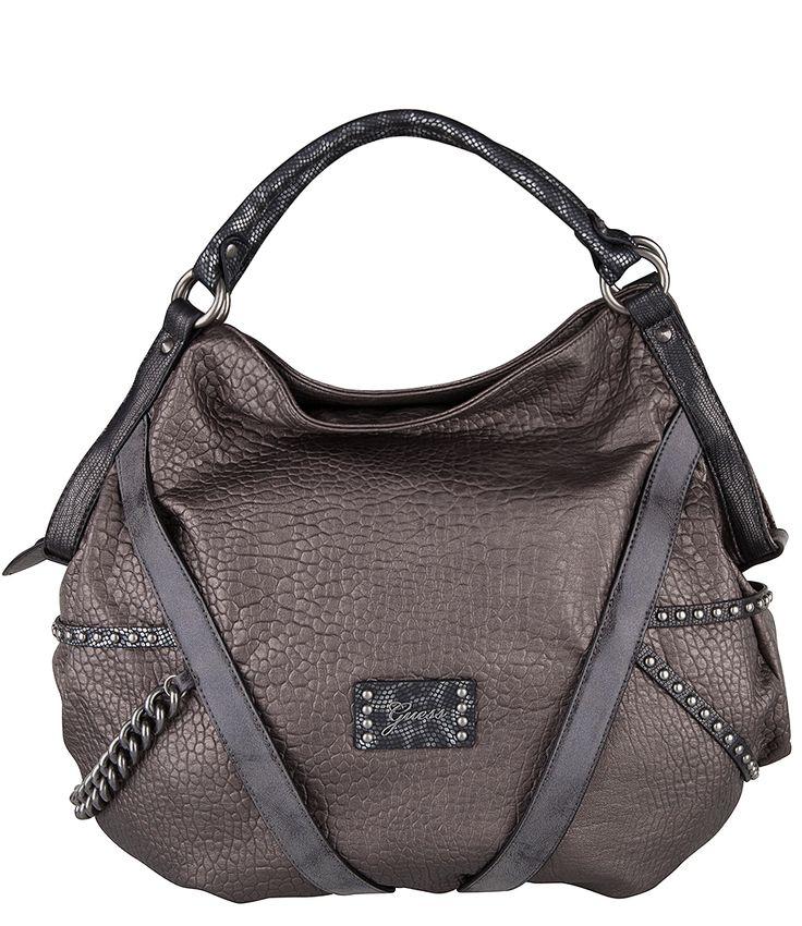 Deze satchel uit de Bandit Blues collectie van Guess is een trendy tas. De tas is afgewerkt met vele bijzondere details zoals de schakelkettingen, platte gunmetal studs en metallic hengsels. Het hoofdvak van de tas sluit met een rits. De binnenkant is gevoerd met een kleurrijke camouflage print en diverse binnenvakken.