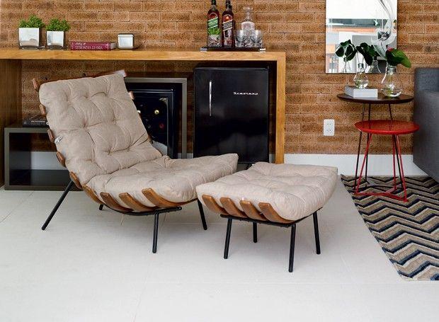 No espaço de lazer de uma cobertura o piso é de porcelanato Sílex NO, da Cerâmica Portinari.