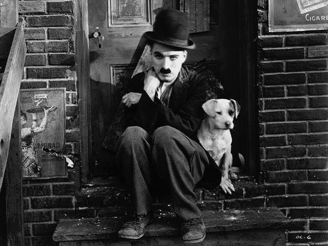 Charlie Chaplin fue un comediante de cine, director, productor, escritor y compositor británico, cuya obra cinematográfica abarca un total de 81 películas oficiales realizadas entre 1914 y 1967. Durante sus primeros años en el cine se estableció como un ídolo en todo el mundo gracias a su conocido personaje de vagabundo. Nació en Londres y comenzó a actuar a la edad de nueve años.