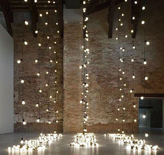 eksponert murstein og lys